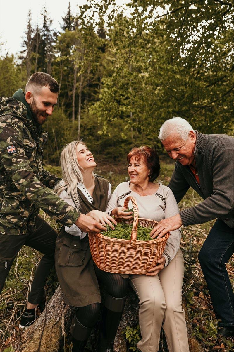Rodinné_zbieranie_do_košíka